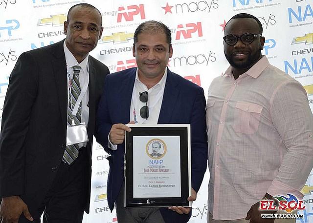 El CEO de Hispanic Media, Ricardo Hurtado, recibe uno de los premios