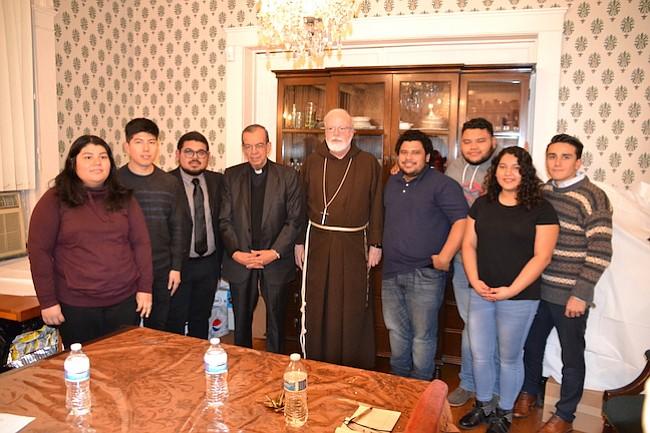 SOLIDARIDAD. El Cardenal salvadoreño, Gregorio Rosa Chávez (4to. izq.), se reunió con Dreamers en Washington, DC, el domingo 12 de noviembre de 2017.