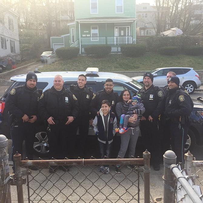 Funcionarios de turno de la Policía de Chelsea visitaron la casa de Edison el lunes y cumplieron su sueño de conocer a la policía