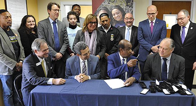 El ejecutivo del Condado de Montgomery firma ley de salario mínimo de $15