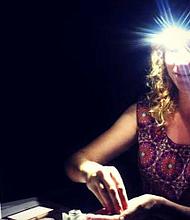 La doctora Asa Oxner, médica internista en Tampa, Florida, usa una lámpara para contar píldoras mientras trabaja en un área de Puerto Rico sin electricidad.