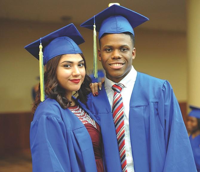 GRADUANDOS. Dos estudiantes de una reciente promoción de E.L. Haynes.