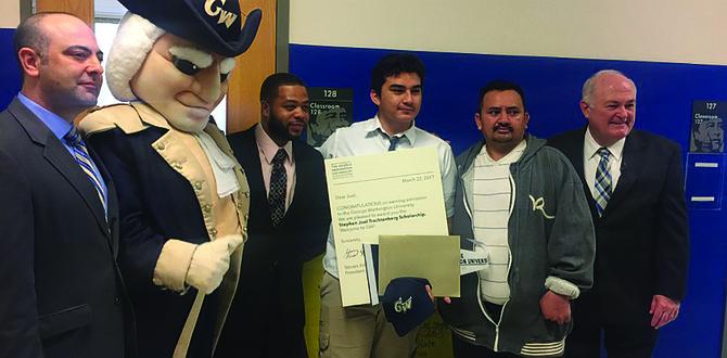 ACTO.  Joel Escobar sostiene su diploma en compañía de directivos y la mascota de GW University.