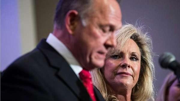Esposa Roy Moore, acusado de abuso sexual, le defiende