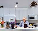 Senior-cohousing-1 Joan Stek, de 90 años, en su cocina de Glacier Circle, en Davis, California, en octubre.