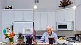 Joan Stek, de 90 años, en su cocina de Glacier Circle, en Davis, California, en octubre.