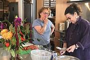 Trudy Hussman (izq.) charla con Stacey Roberts. Hussman vivió sola después que se retirara en 2016, hasta que se mudó a PDX Commons, una covivienda dirigida a personas de 55 años y más.