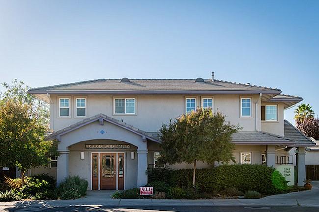 La primera comunidad de covivienda en el país se inauguró en diciembre de 2005 con ocho casas y una docena de personas en Glacier Circle in Davis, California, a unas 15 millas de Sacramento. Siete del grupo original siguen viviendo allí.