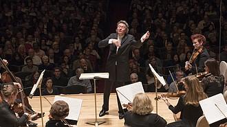 Director Artístico de Handel and Haydn Society, Harry Christophers, conduce el Mesías en 2016, en Symphony Hall.
