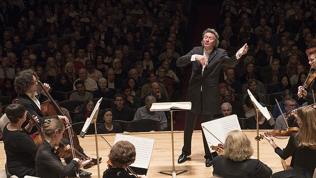Director Artístico de Handel and Haydn Society, Harry Christophers, conduce el Mesías en 2016, en Symphony Hall.