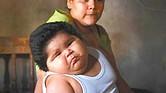 Luis Manuel González, 'Luisito' en brazos de su madre.