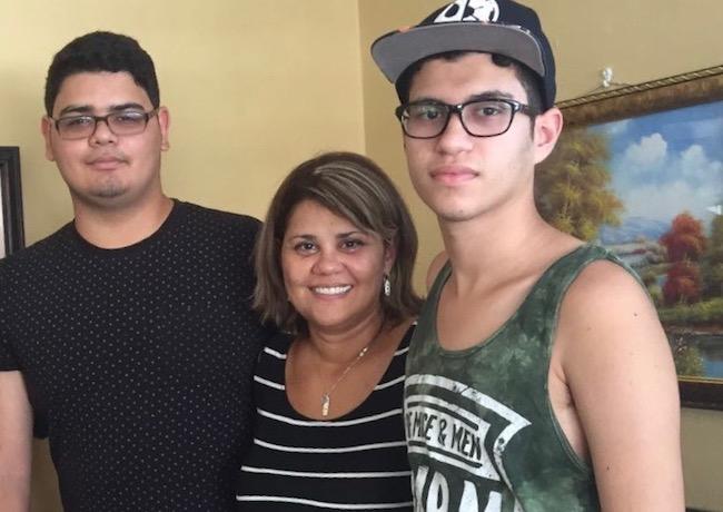Maria Gotay y sus hijos Edwin Rodriguez (izq.) y Cristian Rodriguez. Los tres llegaron a Orlando, Florida, dos semanas después de la tormenta. Tener varios documentos importantes los ayudó en el proceso para tener cobertura de salud.