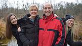 Bruce Horovitz y su esposa, Evelyne, con sus hijas Rebecca (izq.) y Rachel. Estaban de vacaciones cuando sufrió un brote atípico de culebrilla que afectó su oído medio.