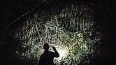 El agente de la Patrulla Fronteriza Emmanuel Santos busca inmigrantes ilegales que intentan esconderse en la maleza a lo largo de la frontera de Río Grande cerca de Laredo, Texas.