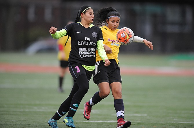 ACCIÓN. Lancy Diaz (izq.) habló sobre la importancia de inculcar el deporte a los hijos.