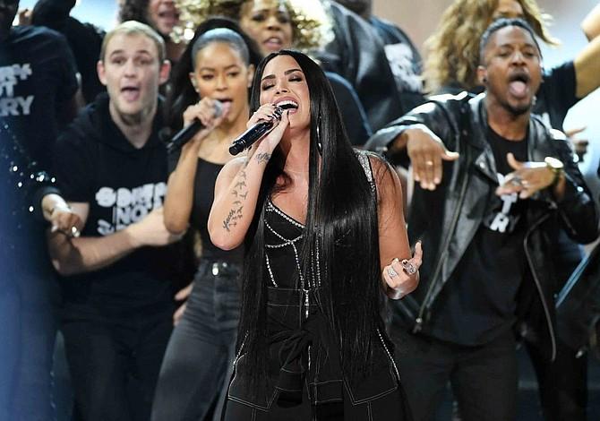 """Dánica Roem y Demi Lovato alzaron su voz contra el """"bullying"""" en los American Music Awards"""