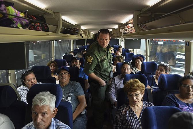 Un autobús proveniente de México es inspeccionado por agentes de la Patrulla Fronteriza, incluido el Capitán L. Rinker, en un punto de control al sur de Falfurrias, Texas. Los agentes de la Patrulla Fronteriza verifican la identificación de los pasajeros en los autobuses con dirección norte.