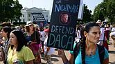Defensores de DACA protestaron frente a la Casa Blanca cuando el presidente Trump suspendió el programa en octubre de 2017.