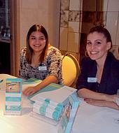 """Dos asistentes del Southern California Reproductive Center registran a los asistentes a una """"reunión de óvulos"""" en la suite presidencial del Viceroy L'Ermitage en Beverly Hills, California."""