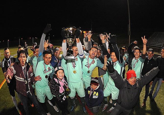 Petén alza la Copa en la Liga de Glen Burnie