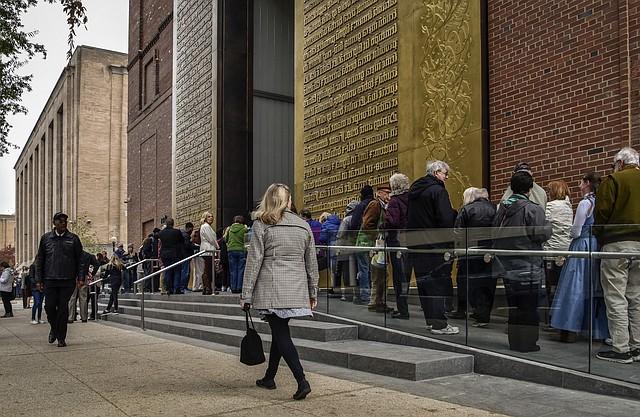 Los invitados hacen cola para ingresar al Museo de la Biblia, que se abrió al público el sábado 18 de noviembre en Washington.