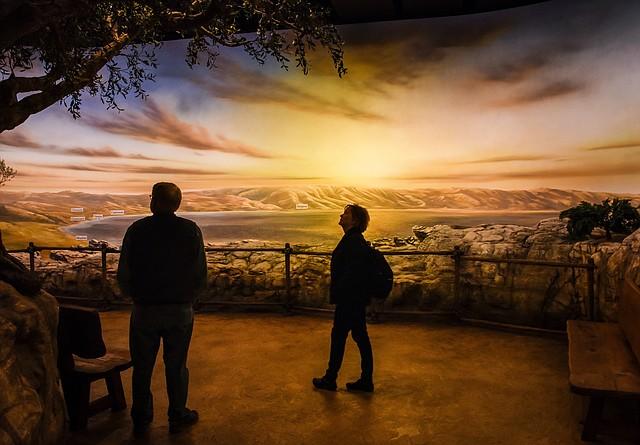 Los visitantes contemplan una puesta de sol permanente sobre el Jerusalén de la era bíblica en el Museo de la Biblia.