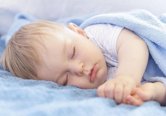 Por qué no debes abrigar a tu bebé con una manta polar