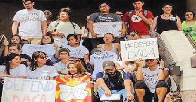 """Los dreamers estudiantes de todo el condado se reunieron en la Universidad Estatal en San Marcos para exigir que el congresista Darrell Issa apoye una propuesta """"limpia"""" de Acta del Sueño"""