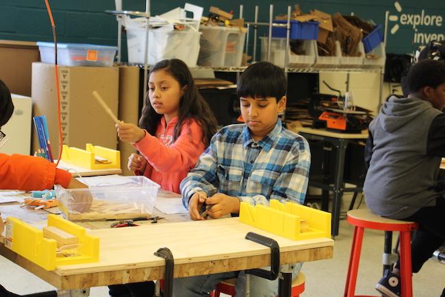 INNOVANDO. Estudiantes exploran en la práctica sus ideas para crear tecnología que ayude al medio ambiente en el futuro.