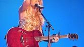 """Shakira en su tour """"Sun Comes Out"""", en 2011"""