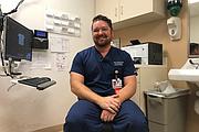 El doctor John Coburn, médico de emergencias de Kaiser Permanente en Sacramento, California, dice que su departamento ve casos de la enfermedad de vómitos vinculados al consumo de cannabis todos los días.