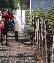 Postal cotidiana en las calles de tierra en la Isla.