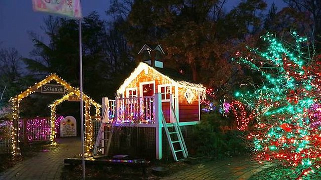 DESTELLOS. Más de un millón de coloridas luces LED son tejidas en diversos diseños típicos de la época navideña.