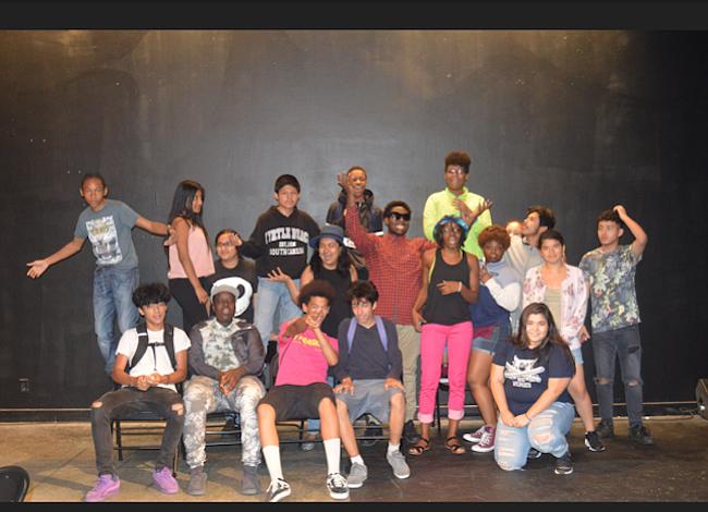 Jóvenes hablan de inmigración, amor, compañerismo y racismo