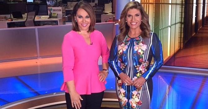 María Elena Salinas (primera de izquierda a derecha), acompañada por Teresa Rodríguez en el estudio de Univisión. Foto-Cortesía: Univisión.