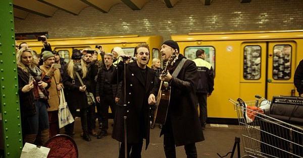 U2 ofreció un concierto por sorpresa en el metro de Berlín