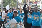 Jóvenes dreamers recorrieron Vista casa por casa para generar presión para que el congresista Darrell Issa apoye la ley Acta del Sueño. Foto de Manuel Ocaño.