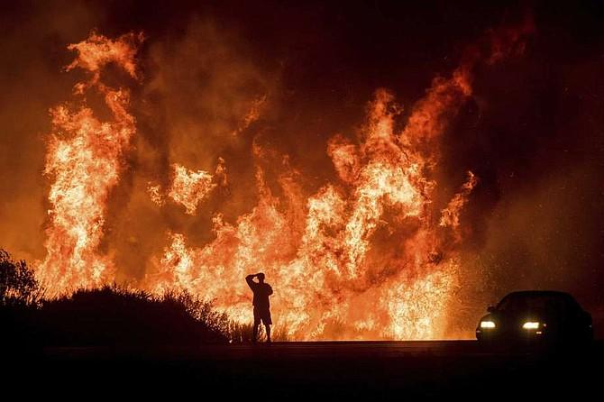Vientos huracanados han complicado las labores para apagar el fuego en California