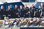 La policía de San Diego reunió más de 260 armas de fuego que intercambió a interesados por certificados de regalo de una conocida tienda.