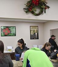 Los pacientes se registran en el mostrador con el personal de la oficina en el dispensario de marihuana medicinal Allegany en Cumberland, Md.