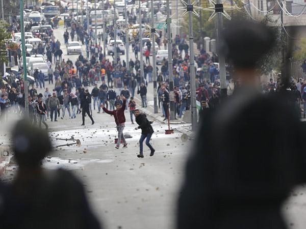 Una veintena de palestinos heridos durante enfrentamientos con Israel
