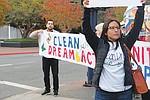 Jóvenes soñadores de San Diego exigen que la senadora Diane Feinstein se comprometa con la comunidad. Foto de Manuel Ocaño.