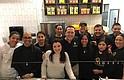 EQUIPO. Gabriela Febres (centro), Ali Arellano y todo el equipo de Arepa Zone, el sábado 9 de diciembre de 2017 durante la inauguración de ese restaurante venezolano en Washington.