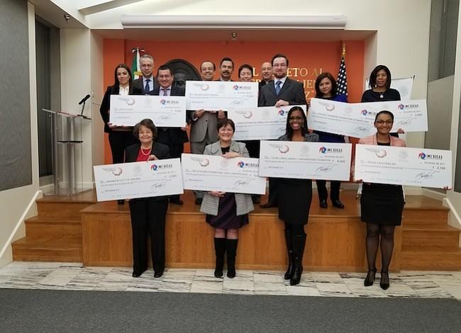 Más de $40 mil entregó embajada de México en becas a organizaciones locales