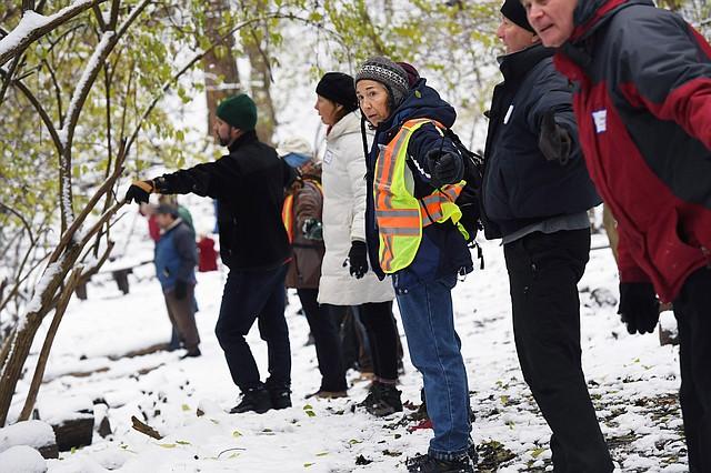 Las personas unen sus brazos como parte de un esfuerzo para sacar a los venados del santuario de Woodend en Chevy Chase.