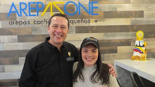 PERSEVERANTES. Ali Arellano y Gabriela Febres durante la inauguración de Arepa Zone el sábado 9 de diciembre de 2017 en Washington, DC.