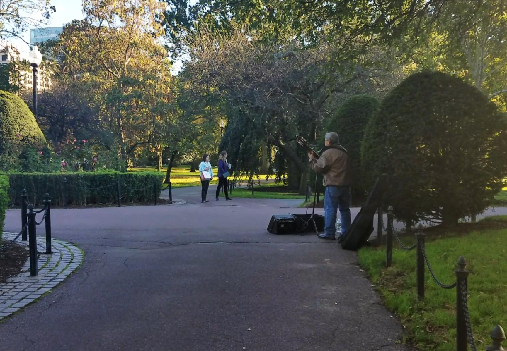Don Pedro, de 78 años, complementa sus ingresos tocando guitarra en los parques de Boston. Sin ahorros ni pensión, se pregunta cómo hará cuando ya no pueda trabajar.
