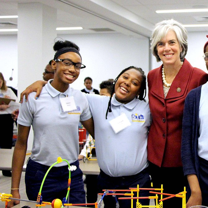 Izquierda a derecha: Saleen Meyers, Jazmyne Forde, la congresista estadounidense Katherine M. Clark (Quinto Distrito, MA), Kosi Ibekwe, Sophia Grullon.