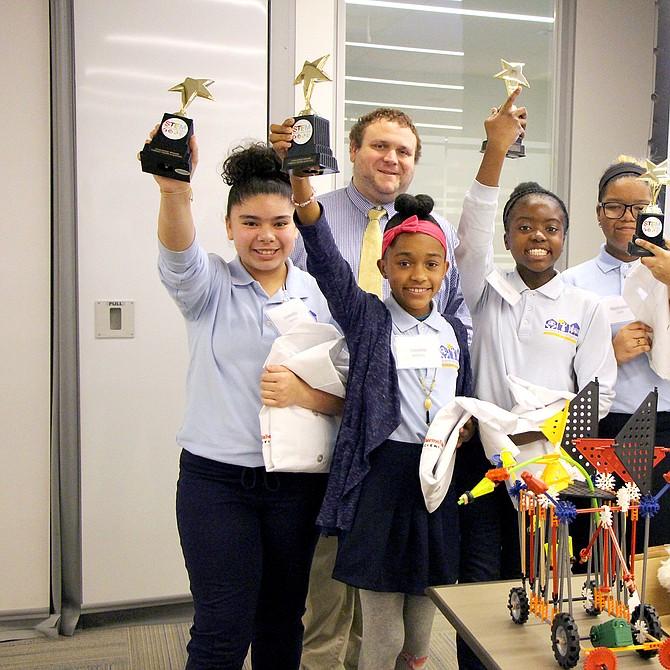 Izquierda a derecha: Isabella Gomez, maestro de sexto grado Aaron Kesler, Tanisha Belizaire, Shantelle Pierre, Nashalee Leon y la maestra de sexto grado Colleen Shaw