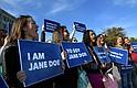 """Un caso de aborto que tuvo lugar en octubre de 2017 generó protestas fuera del Departamento de Salud y Servicios Humanos que objetaban la nueva política de la administración Trump de negarse a """"facilitar"""" el aborto para adolescentes inmigrantes embarazadas bajo custodia federal."""